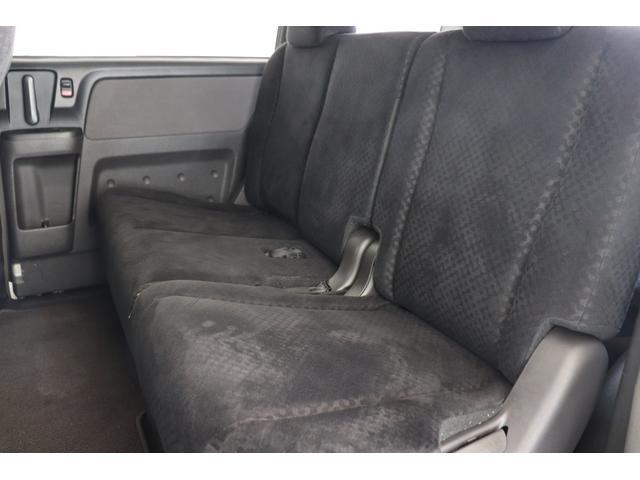 後席は大人が乗ってもゆったりとお掛け頂けます。
