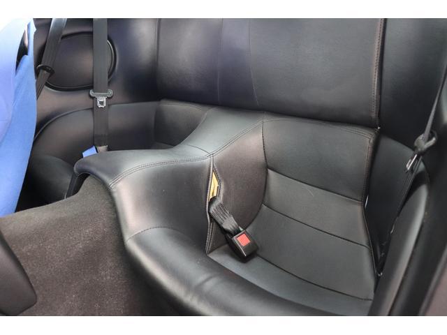 軽量化の為、取り払われてしまう事も多い後部座席、内装もしっかりそのまま残っております。