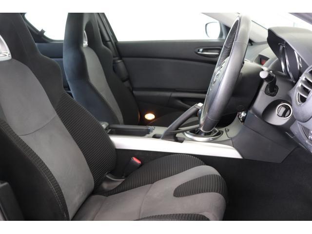 運転席周辺の状態でございます。ブラック色を基調としたスポーティな室内空間となっております。