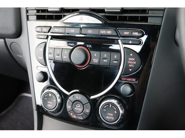 オーディオ、エアコンパネル周辺の状態でございます。操作性良く各スイッチまとまっております。