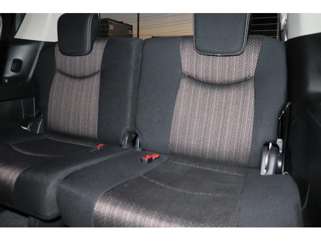 3列シート装備致しております。乗車定員は8名乗車になっております。