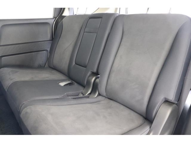 2列目シートは3人掛けの乗車定員5人乗りのお車です。
