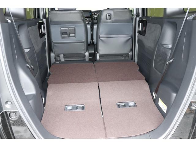 リヤシートを倒せば後部も広々使えます。