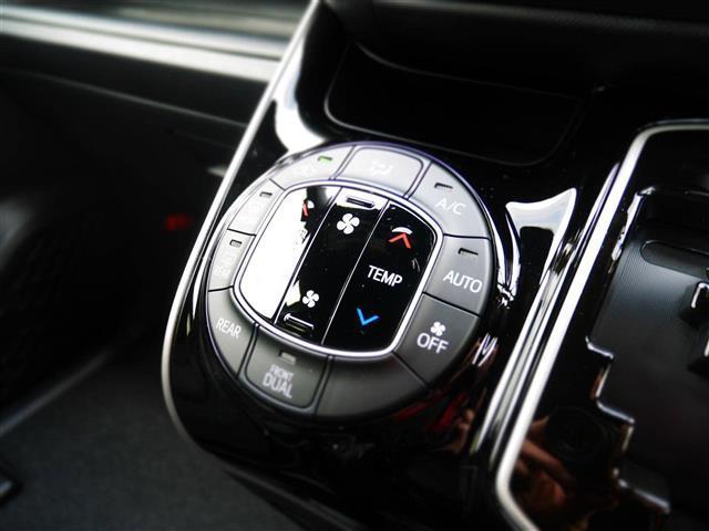 【 フロントオートエアコン 】運転席と助手席、それぞれの体感温度の違いに合わせて温度設定が行えるオートエアコンです。エアコンの情報はマルチインフォメーションディスプレイに表示されます。