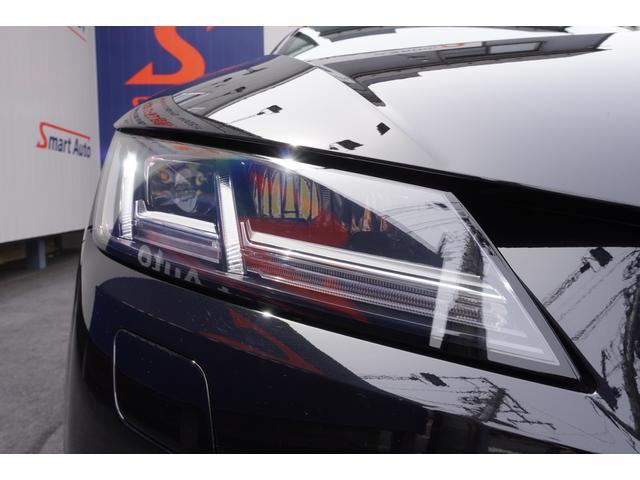 マトリクスLEDはカメラシステムにLED光源を組み合わせた革新のテクノロジー。他の車両などを検知するとシステムがその車両の現在位置に関わるエリアだけを暗くし、それ以外をハイビームモードで照射します。