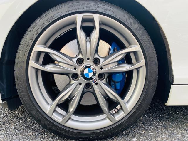 純正18インチアルミホイール。タイヤも8分残っており当面の間安心して走行可能です。輸入車・国産車問わず下取り・買取査定も承りますので、まずは03-6666-2544までお気軽にご相談下さい。