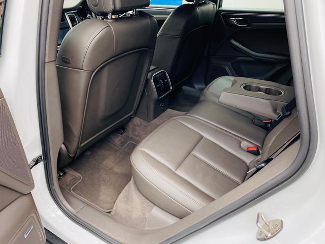 殆ど使われていなかった様子のリアシート。ファミリーユースの車両で良く見かける前席背面の汚れや傷も殆ど有りません。後部座席に肘置き兼用カップホルダーやエアコンなど充実の装備がございます。