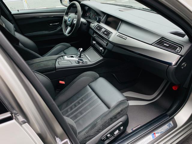 Mマルチファンクションシート(レザー/アルカンタラ)は使用感がほとんどなく、とても綺麗な状態です。快適なパワーシート・シートヒーター&ベンチレーターが装備されています。