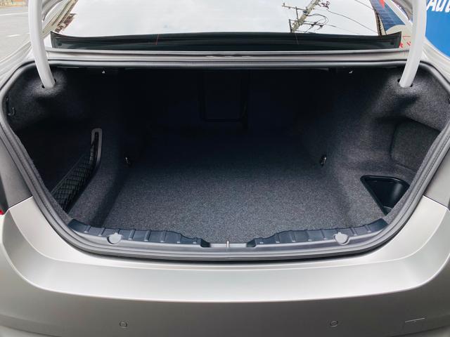 コンフォートアクセスの電動開閉トランクはゴルフバックも余裕で収納できるゆとりのあるスペースです。新車時からのディーラーでの整備記録も毎年の物が残っており素性の良さを物語っています。