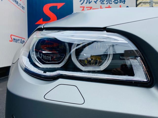 ヘッドライトは保管状況のバロメーター!劣化でくもりがちなヘッドライトレンズも透明感のある綺麗な状態が保たれております。夜間のドライブも安心の高輝度アダプティブLEDヘッドライトを採用を採用。