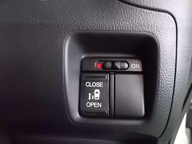 左側後部ドアが電動スライド式で大変便利です。