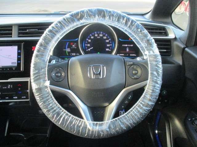 ハンドルにオーディオ&クルコンの操作スイッチが装備されています!ハンドルから手を離さずに操作できるのでとても安全です♪MTモード装備!ハンドルのスイッチひとつでマニュアル車のようにドライビングできます