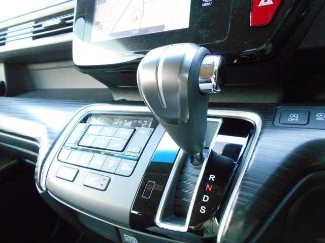 オートエアコンタイプなので細かい操作なしで快適温度に調整してくれます。季節の変わり目のわずらわしさはありませんね♪シートヒーター付きで、スイッチを押せば数秒で座面と背もたれがあたたかくなりますよ。