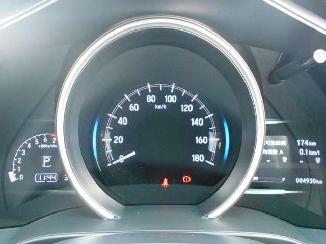 スピードメーターを中心に置いた1眼メーター☆メーター内には多彩な情報を表示してくれるインフォメーションディスプレイです♪