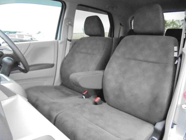 フロントシートはベンチシートタイプ♪ センターには格納式アームレストも付き!!室内空間は広々で移動も楽々です♪狭い駐車空間など助手席ドアから出たい時にも大変便利ですよ♪