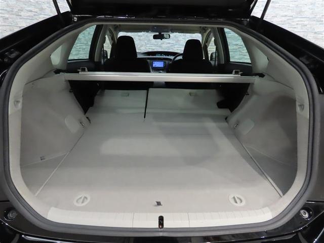 リヤシートを倒せば長い物ものせられる更に広く快適な空間が生まれます。