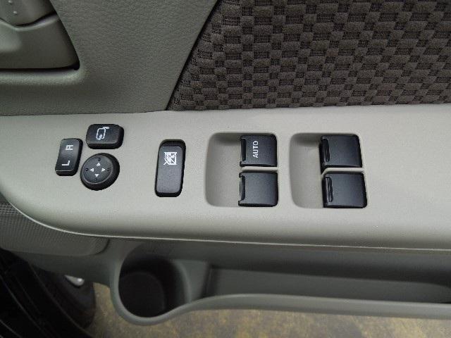パワーウインドウは運転席のみALL-AUTOです。駐車スペースが狭い場合や細い道でのすれ違いに威力を発揮する電動格納式ミラーは便利です。