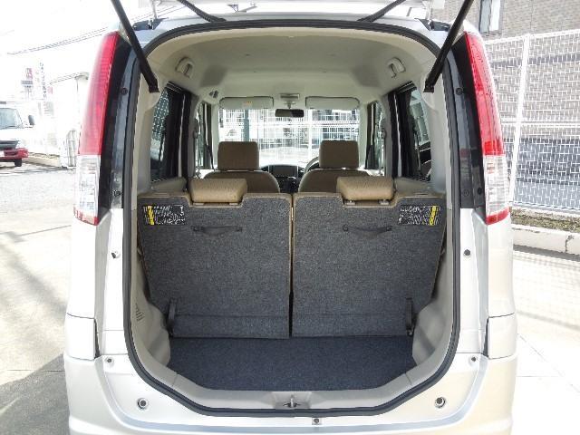 ラゲッジルームはバックドアの開口部が大きく、低い床面で、荷物の取り出しが楽ですよ!また、リヤシートを倒せば、大きな荷物を搭載することも出来ますよ!