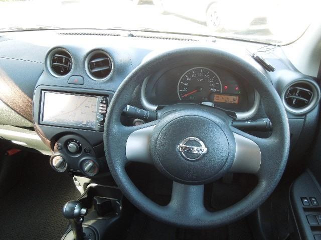 シンプルな計器類で運転し易いクルマです。エンジン始動はボタンを押すだけ、新しく免許を取得した方、このクルマは如何でしょうか?