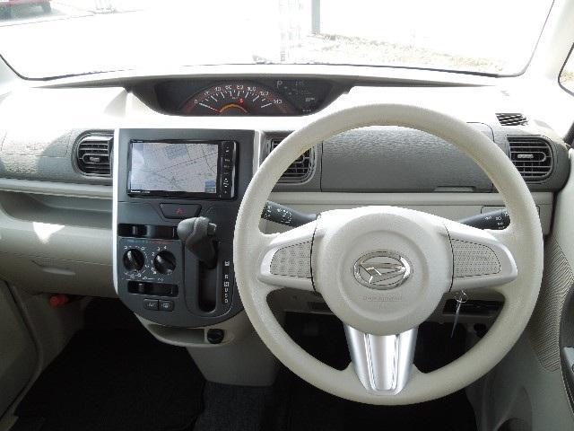計器類はセンターに配置、視界が広く、運転し易いですよ! また、インパネシフトATのため、足元が広いですよ!