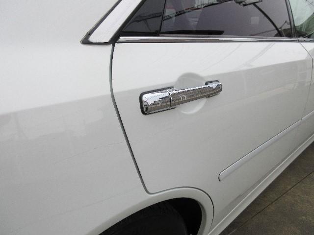 リヤドア中ごろからリヤフェンダーにかけて大きなスリキズがあります。他にもあるので必ず現車のご確認をお願い致します。