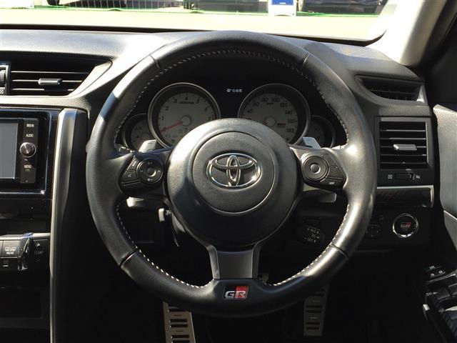 【ステアリング】スタイリッシュな見た目で、ドライブも楽しくなりますね♪