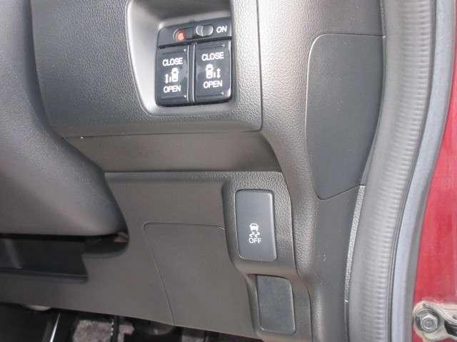運転席まわりには横滑り防止装置のスイッチを配置しております。雪道や雨の日の滑りやすい路面で安定した運転を助ける安全装備です。お出かけも安心ですね。スライドドアの開閉スイッチもこちらです。