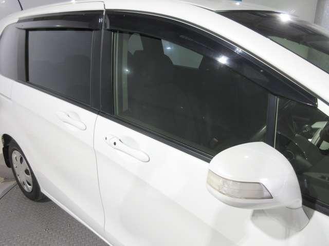 実用的で人気のオプション『ドアバイザー』が付いています! 雨の日でも窓を開けて換気ができる便利な装備!付いてて良かったと思える用品です♪