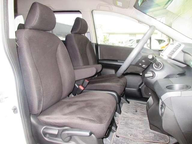 フロントシートは、従来のコンパクトクラスのシートよりも座面を長く、シートバックを高くしたゆったりサイズのシートを設定。ひとクラス上の座り心地です。