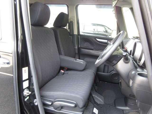 運転席には高さ調整ができる『シートハイトアジャスター機能』が付いています! これなら小柄な方にも大柄な方にも自分にぴったりの運転姿勢がとれますね〜!