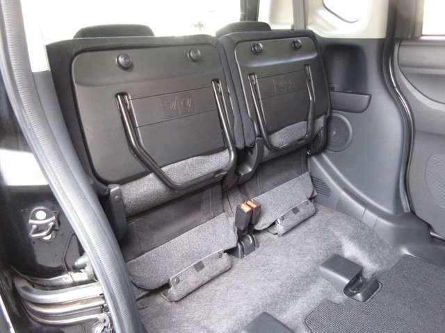座面を跳ね上げれば、後席が背の高い空間に。駐車場などで後ろが狭く、テールゲートが開けられない時に、横から積みやすい「もうひとつの荷室」になるなど、アイデア次第で使い方が広がります。