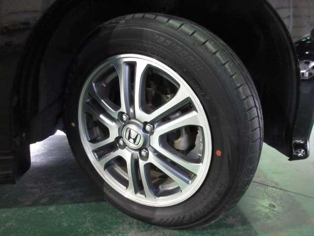 タイヤはダンロップ ルマンV 6分山程度 2020年製がついています。そして足元を精悍に引き締めるホンダ純正14インチアルミホイール、おしゃれは足元から、カッコイイですね!