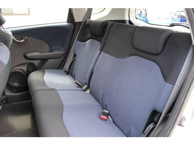 後席も膝まわりや足元、頭上までゆとりたっぷりで、家族や仲間と一緒に乗っても快適。また、手触りのよい上質なシート素材で、やさしい座り心地です