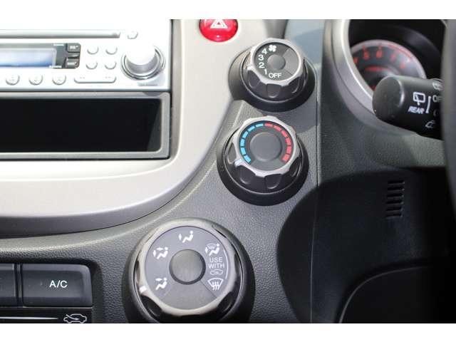 大きなボタンやスイッチで見やすく機能性に優れたA/Cコントロールパネル