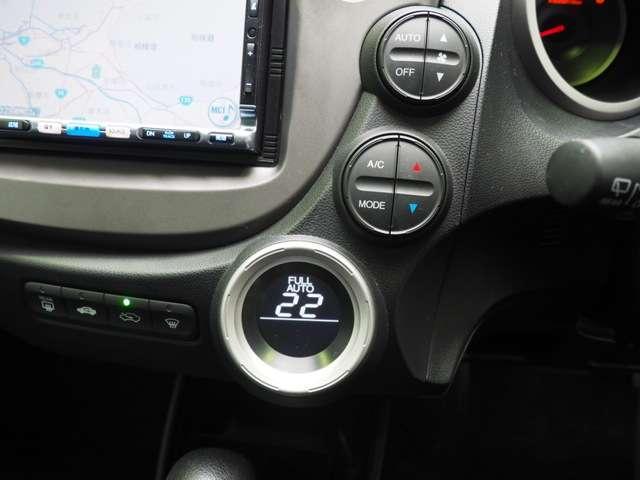 オートエアコン標準装備です 1年中快適な室内を提供!車内温度を設定すると風向き、風量を自動で調節してくれます