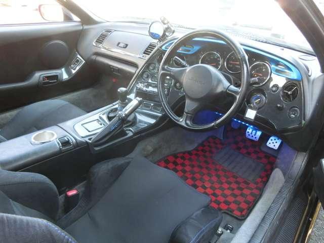 運転席は新品セミバケットシートを装備☆ホールド感もあり快適なドライブをお楽しみいただけます!!