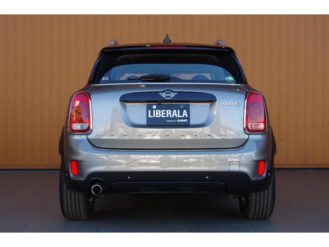 ラテン語の「自由」と「翼」を組み合わせたブランドネーム、LIBERALA 既成概念にとらわれない「自由」な発想と、あらゆることに興味を持つ知識の「翼」、そのふたつを合わせることで、常に新しい輸入車選び