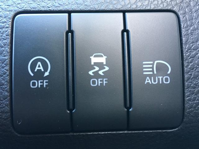 【 アダプティブハイビームシステム 】LEDの点灯・消灯を細やかに制御することで、先行車や対向車に光が当たる部分だけを自動的に遮光できるシステムです。ハイビームを保持したまま走行できる頻度を高め