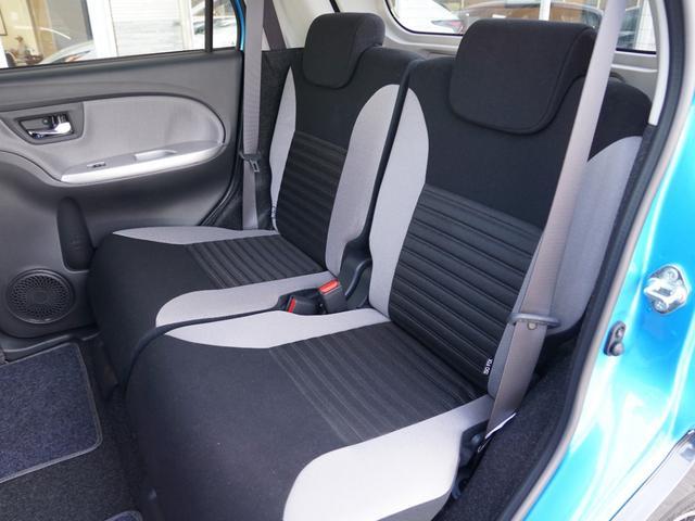 【 リヤシート分割ロングスライド / リクライニング 】左右分割で、リクライニング / スライド・可倒。後席に座る人それぞれが快適な姿勢で過ごせます。荷室側からは肩口のレバーで操作できます。