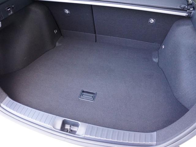 【 ラゲッチスペース 】荷室容量502L(2WD)を誇るラゲージスペース。ハイブリッドバッテリーを小型化し、リヤシート下へ移動することで十分なゆとりを確保しました。
