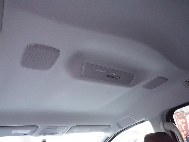 【 薄型天井スピーカー 】薄型のスピーカーを天井に採用し、ミニバンのような大きな空間でも良質な音量を確保できるようになっております!