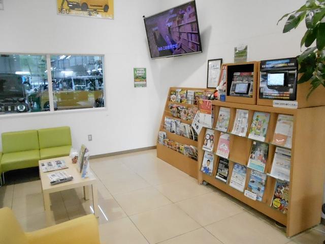 整備ご来店での待ち相席には雑誌やTVもございます。