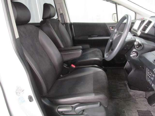 内装の状態も良好です!上質なシートと頭上もゆとりの前席空間。遠出も、帰り道まで快適なシートです。