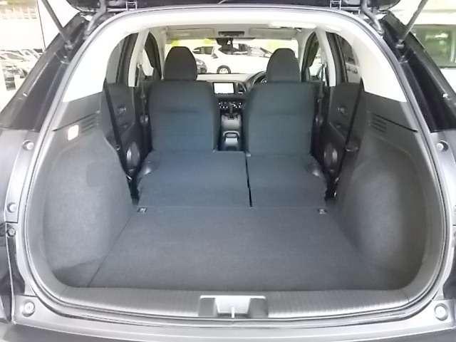 後部座席の背もたれを前に倒せば、こんなに広い空間が生まれます(#^^#)
