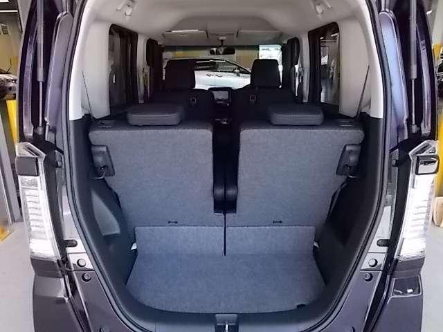 片側別々に収納できるリヤシート、乗車人数を確保して荷物も積める自在のアレンジから使い勝手が広がります