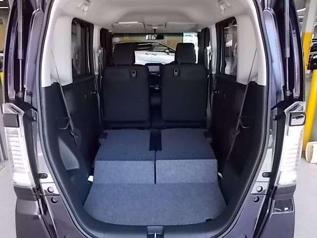 リヤシートを倒すと、とても広いカーゴルームに早代わり!センタータンクレイアウトは独創デザイン!簡単操作 同クラス車とは比較にならない広さになります!