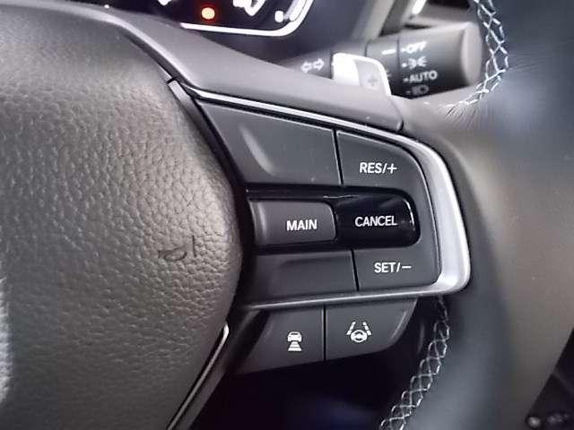 前車との車間距離を自動で測り、車線を自動で認識しながら、快適な長距離ドライブを実現します