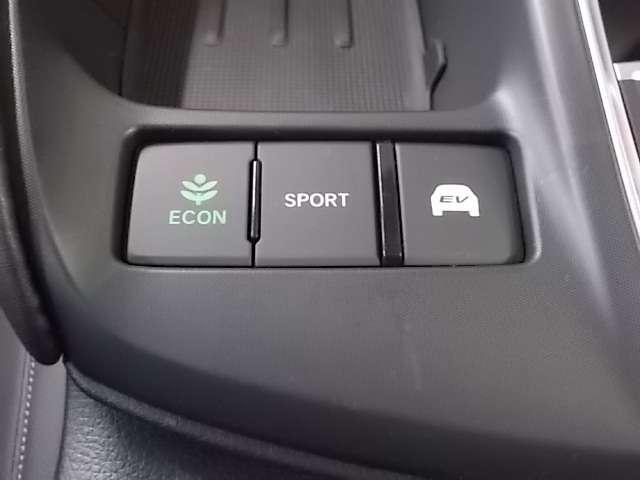 エアコンを入れても燃費を抑えたい時に便利な「ECON」スイッチ。