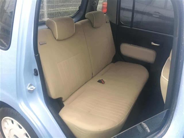 後部座席にもゆったり座れられるスペースがあります