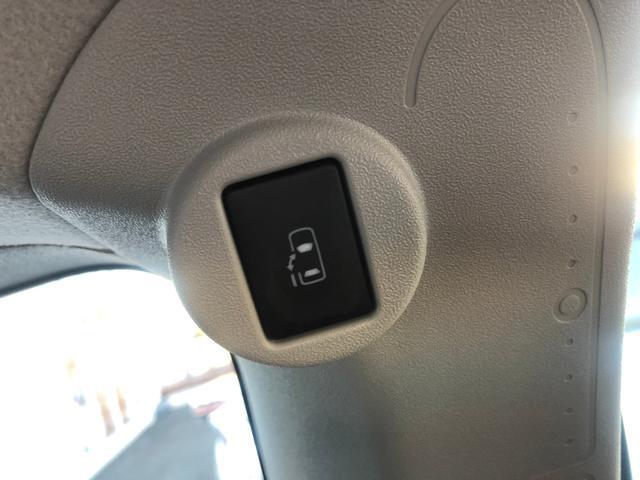 【片側電動スライドドア】小さなお子様でもボタン一つで楽々乗り降り出来ます♪駐車場で両手に荷物を抱えている時でもボタンを押せば自動で開いてくれますので、ご家族でのお買い物にもとっても便利な人気装備!